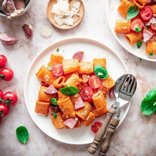 Pasta met romige tomatensaus en cervelaat