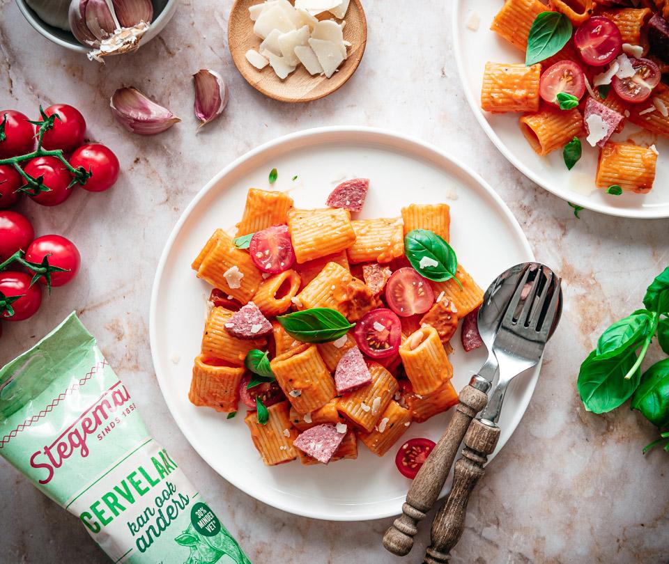 Pasta met romige tomatensaus en cervelaat van Stegeman