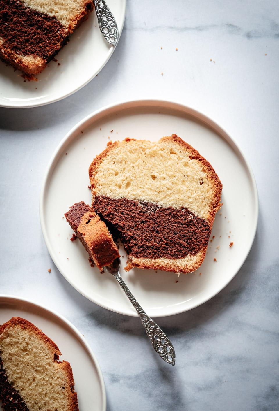 Plakje vanille en chocolade cake
