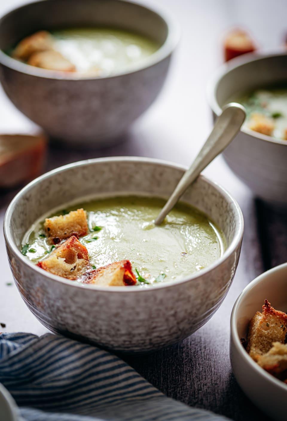 Soep met doperwten, courgette en broccoli