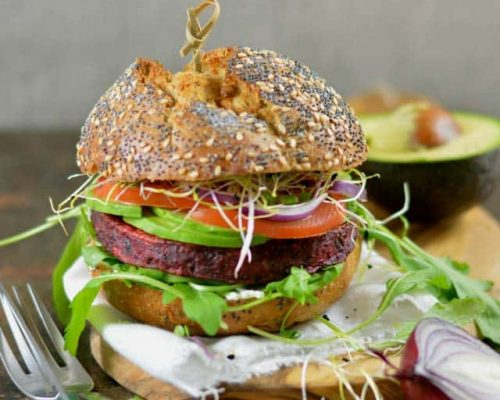 Vegetarische bietenburger met avocado