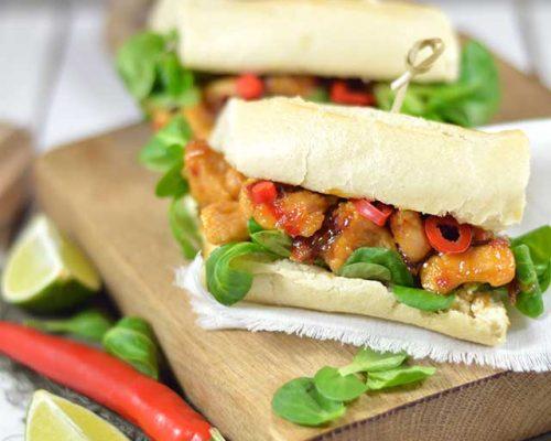 Broodje sticky spicy chicken met mango