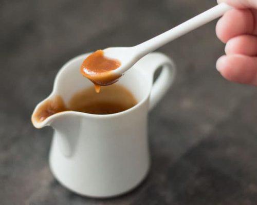 Zelfgemaakte karamelsaus