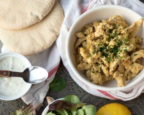 Zelfgemaakte kipshoarma met sla en knoflooksaus.