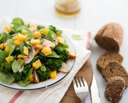 Maaltijdsalade met mango en kip