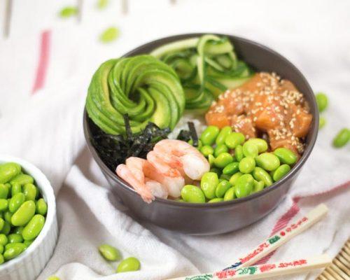 poké bowl met zalm en garnalen