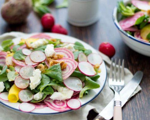 Salade met rauwe gekleurde bietjes