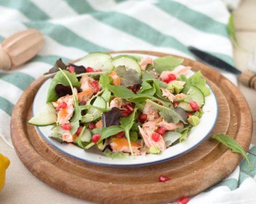 Salade met warmgerookte zalm, avocado en granaatappel