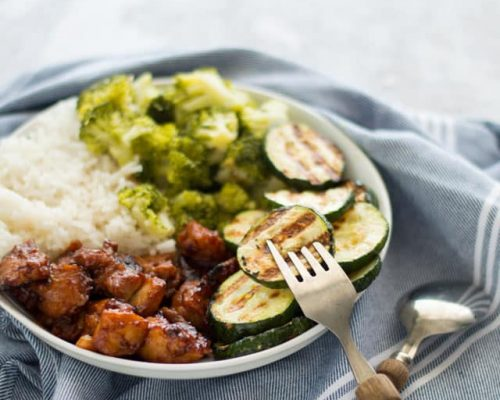 Sticky chicken met groene groenten en rijst