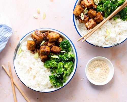 Sticky tofu, broccoli en rijst bowl
