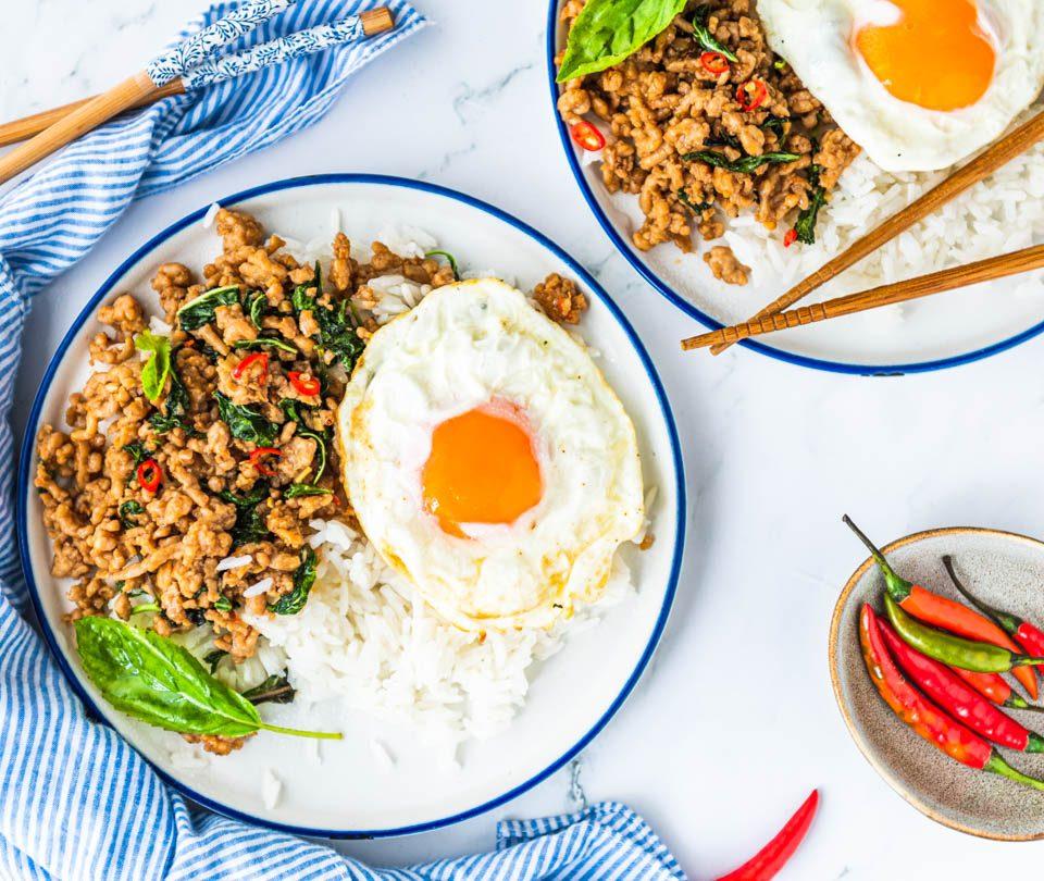 Thais wokgerecht met kip en Thaise basilicum ( Pad Krapow)_