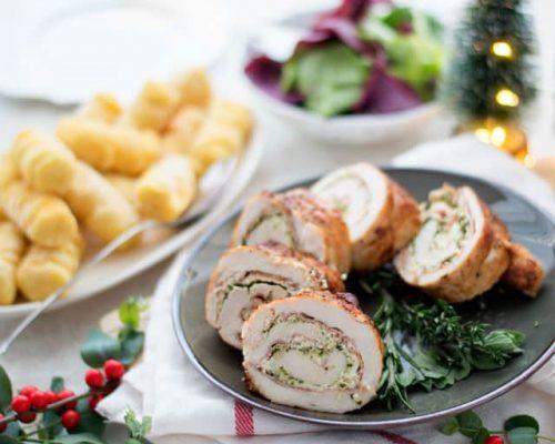 Kiprollade maken gevuld met roomkaas, pesto en prosciutto